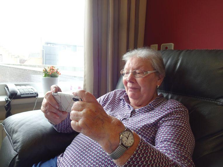 Jeanne (89) van het woon-zorgcentrum Sint-Augustinus in Halle is bezig op haar smartphone. Beeld SInt-Augustinus