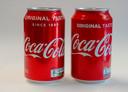 Blikjes Coca Cola: rechts de huidige, links de nieuwe versie.