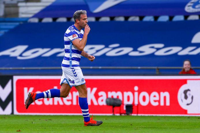 De Graafschap-aanvoerder Ralf Seuntjens viert zijn schitterende openingstreffer tegen Jong FC Utrecht.