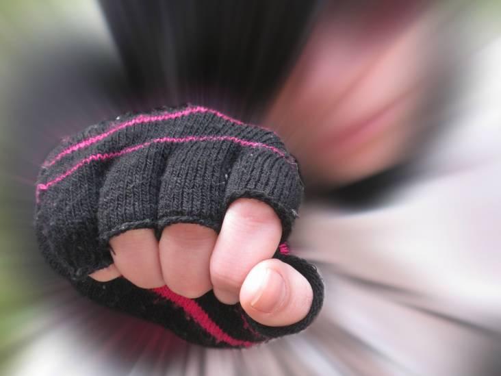 De kale man die het straatgevecht gedecideerd beëindigde, kreeg op de kop van zijn vrouw