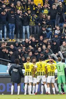 Bizarre beelden: tribune in Nijmegen zakt in elkaar door feestende fans van Vitesse