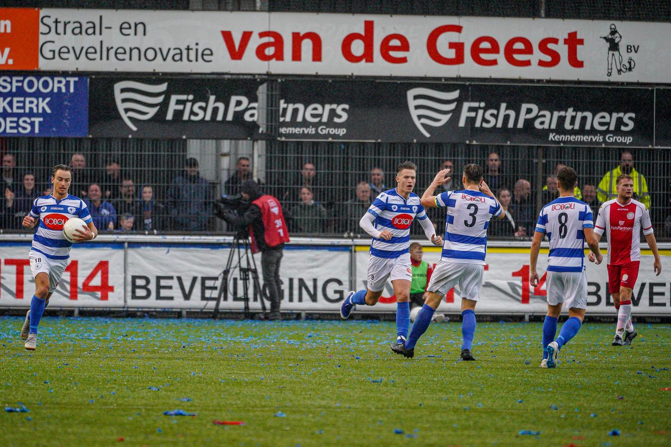 Spakenburg-aanvaller Marlon Versteeg (vierde van rechts) haast zich terug naar eigen helft, nadat hij in de derby tegen IJsselmeervogels voor de aansluitingstreffer heeft gezorgd.