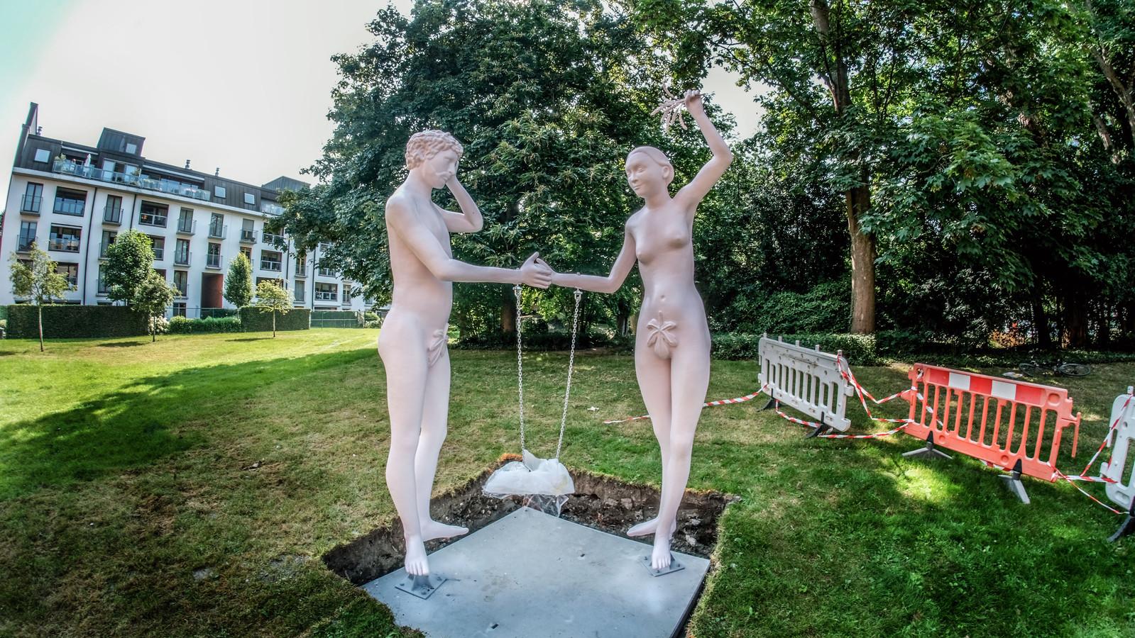 Bezwijken Adam en Eva voor de verleiding? Ontdek het in Tuin Messeyne, aan de Groeningestraat.