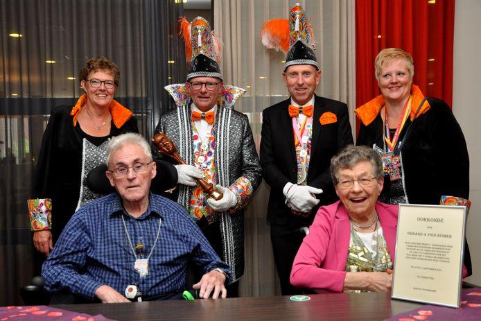 Gerard Reijmer krijgt de Orde van Verdienste van Zomergraaf Norbert van de Lutterse Bosdûvelkes. Zijn vrouw Fien kreeg de prijs al eerder.