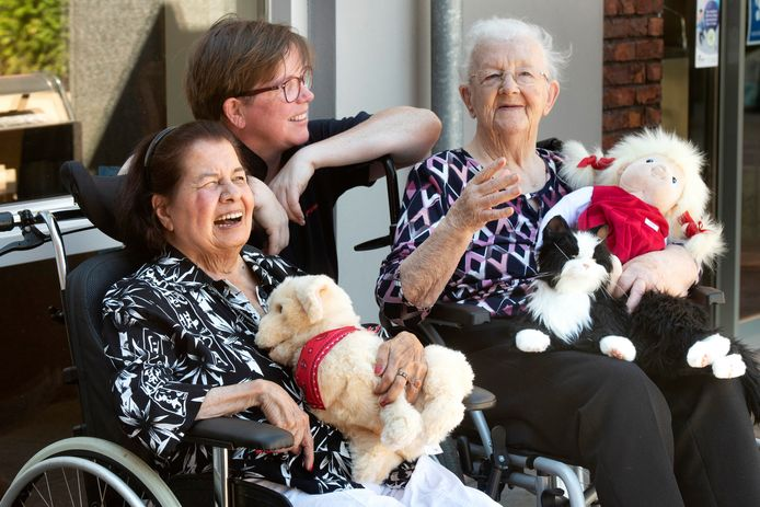 Astrid Aarns (links)  lacht wat af op een dag.