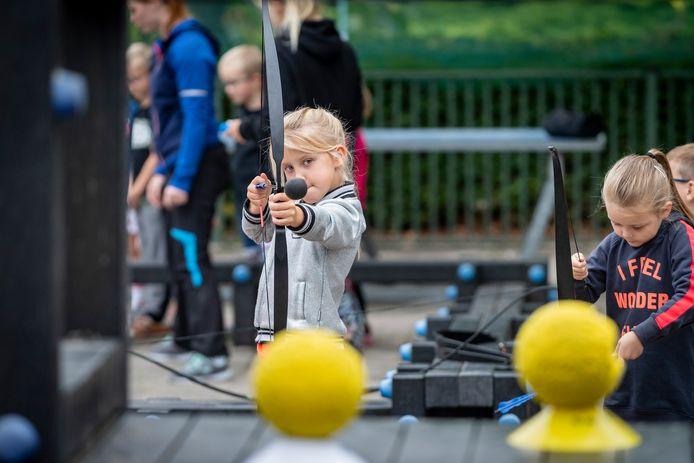 Kinderen kunnen pijl en boog schieten tijdens Sport en cultuurimpuls op basisschool St Marie.