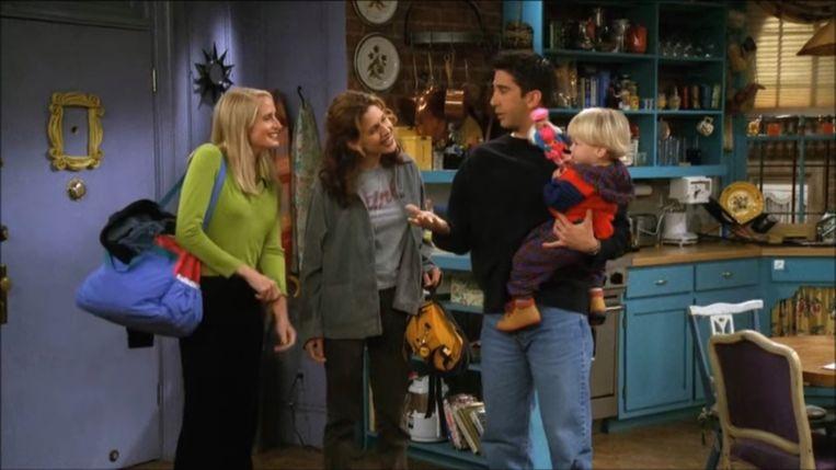 'Het is een teken dat de volgende generatie niet zal meedoen met dat hele woke-gedoe.' (Foto: scène uit 'Friends' met Ross, zijn lesbische ex Carol, hun zoon en haar vriendin.) Beeld Humo