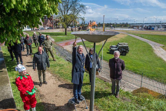 Burgemeester Hans Beenakker ontsteekt het Bevrijdingsvuur in Tiel