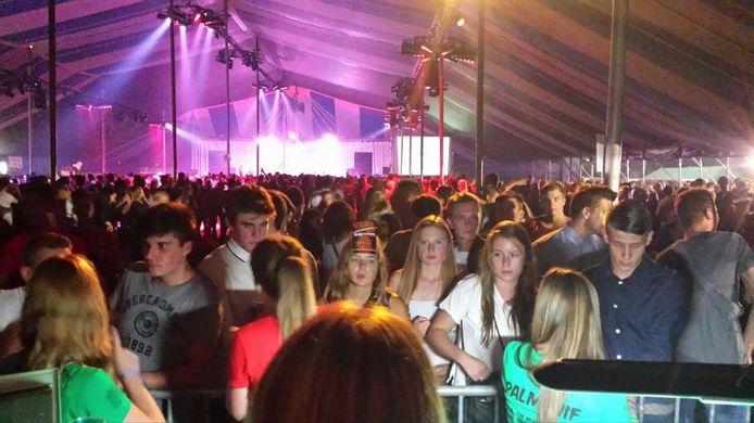 De Palmfuif in de grote tent op het voetbalveld van Humbeek. Zo'n 3.000 mensen bezochten het festival.