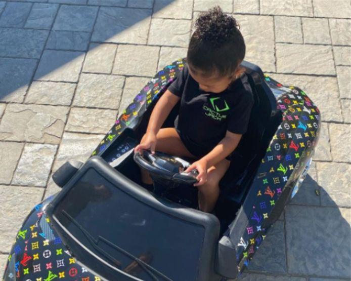 De driejarige Stormi, dochter van Kylie Jenner, in een luxespeelgoedauto van Louis Vuitton.