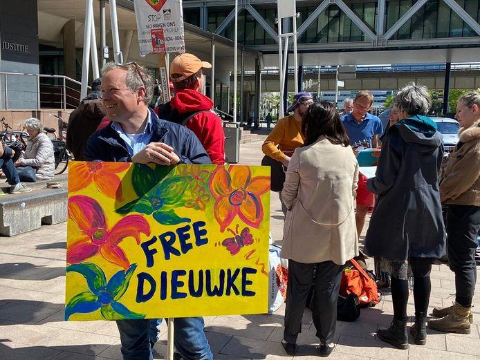 Een van de sympathisanten betuigt zijn steun met een bord voor verdachte Dieuwke P. uit Terneuzen.