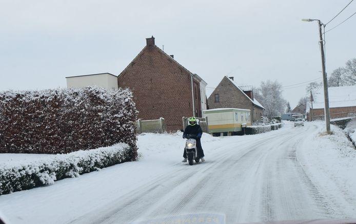 Voetpaden moeten sneeuwvrij gemaakt worden.