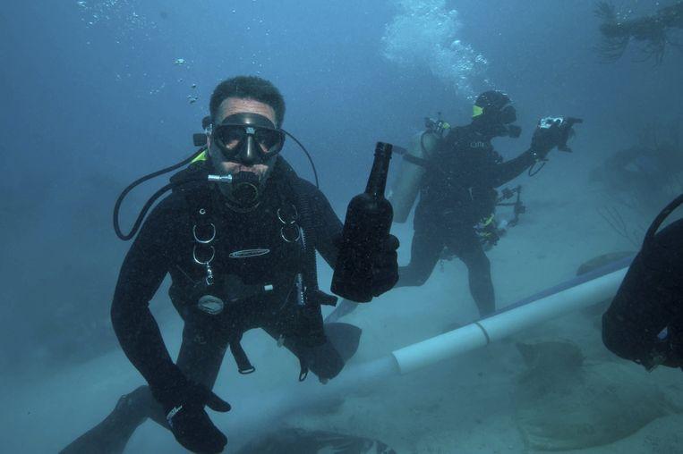 Duikers vonden de fles wijn in 2011 bij een scheepswrak voor de kust van Bermuda Beeld reuters