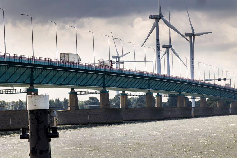 De Haringvlietbrug, die de Hoeksche Waard met Noord-Brabant verbindt, is een van de bruggen die te lijden heeft onder veel achterstallig onderhoud. Beeld Arie Kievit