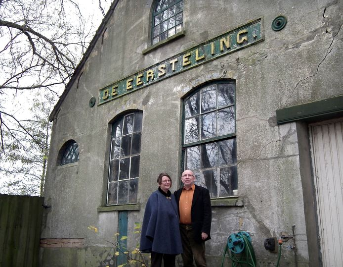 Marie-José en Leo van Dijk voor De Eersteling, het stoomgemaal dat ze snel willen restaureren. 'Wel onbreekt nog veel geld.'foto Wim van den Broek