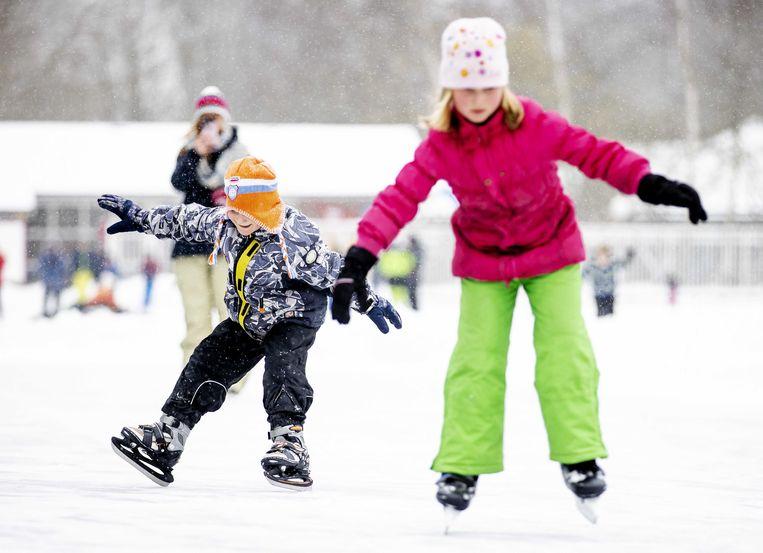Kinderen en jongeren schaatsen op de ijsbaan in het Utrechtse Doorn. Beeld ANP