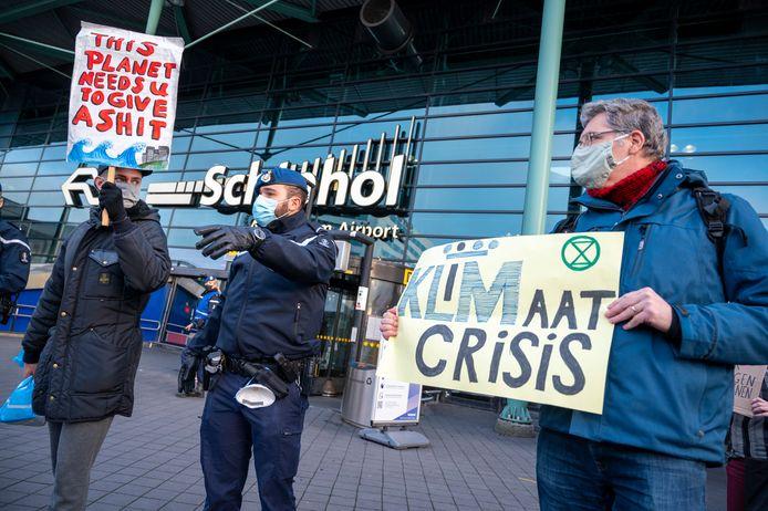 Klimaatactivisten protesteren eind vorig jaar bij Schiphol.