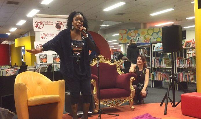 Kizzy bij het optreden in de bibliotheek.