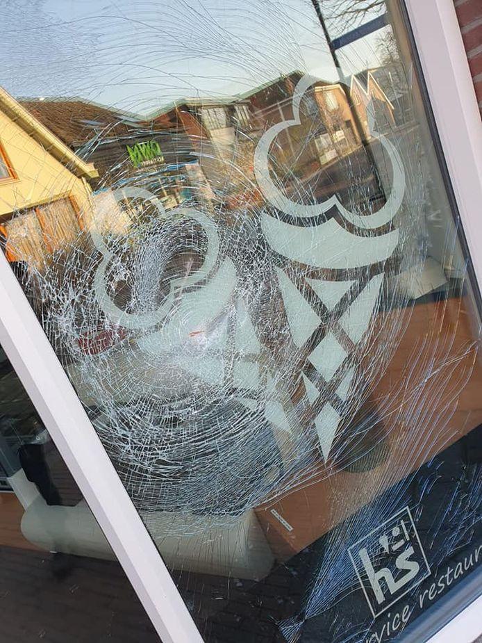 Drie ruiten van Harry's Snackcorner werden in de nacht van vrijdag op zaterdag vernield.