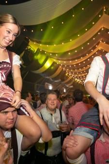 Duizenden feestgangers hebben wel zin in Oktoberfest met pullen bier en bratwursten