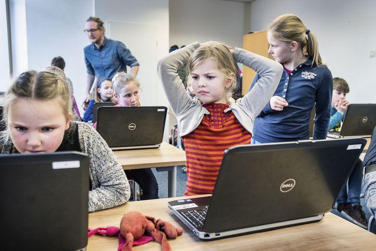 Leerlingen uit groep 7 van de J.A. Alberdingk Tijm-school in Hilversum programmeren hun eerste robot. Beeld Guud Dubbelman