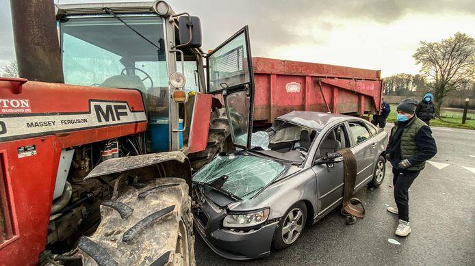 De chauffeur van de personenwagen is afgevoerd naar het ziekenhuis.