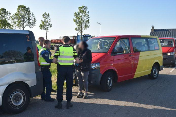 Controle van een busje met arbeidsmigranten. De foto is begin deze maand gemaakt in Zaltbommel.