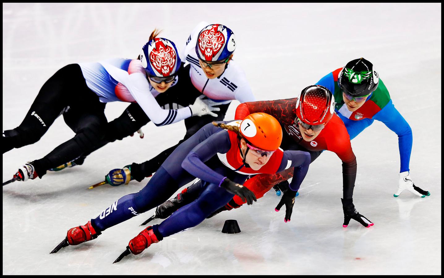 Suzanne Schulting profiteert in de laatste ronde van de val van de twee Koreaanse dames en gaat als eerste op de finish af waar zij olympisch kampioen op de 1000 meter wordt.