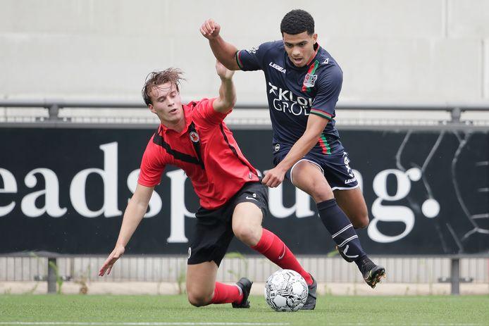 NEC-vleugelspits Elayis Tavsan passeert een AFC'er in het oefenduel in Amsterdam.