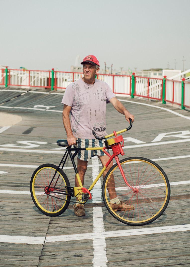 Thierry heeft een attractie in Blankenberge.  Op de houten velodroom kan jong en oud toertjes rijden.