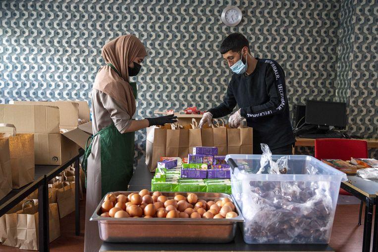Een vrijwilliger van stichting Samen Sterk Vrouwen West pakt een maaltijd in. De stichting kookt wekelijks een gratis maaltijd voor minder bedeelde Amsterdammers. Beeld EVERT ELZINGA/ANP