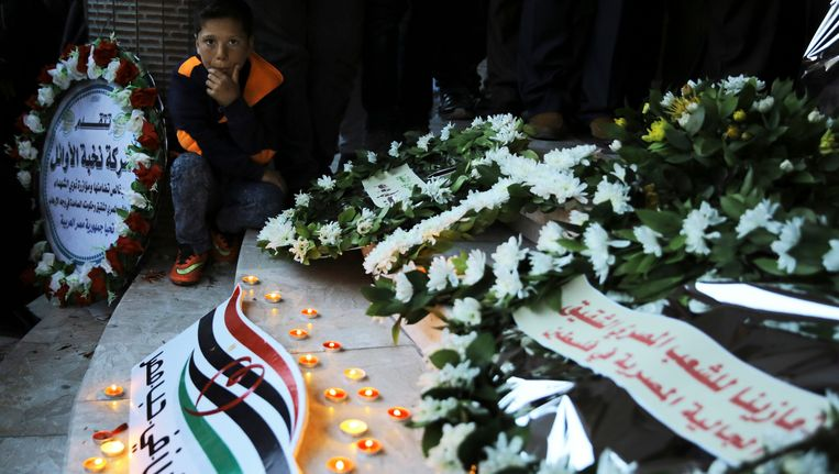 Bij twee aanslagen vielen 44 doden. Aan de kerken in Alexandrië en Tanta zijn bloemen neergelegd. Beeld AP
