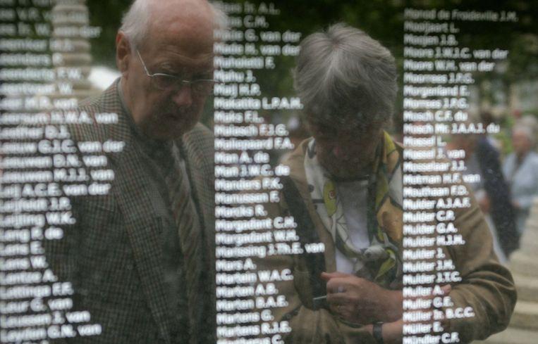 Bij het Birma-Siam monument in de tuin van het militair tehuis Bronbeek in Arnhem zijn drie gedenkplaten onthuld. Beeld anp