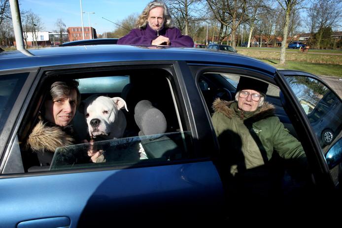 Moeder Carla, zoon John, dochter Nancy en hond Carmen wonen in hun auto, die staat aan de Hekelingseweg in Spijkenisse.