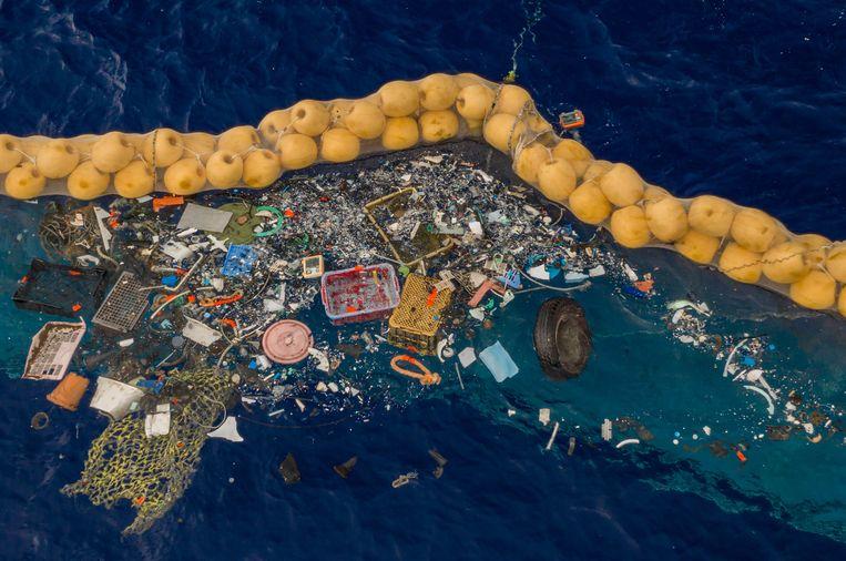Afval gevangen door de plasticvanger van Boyan Slat. De foto is afkomstig van The Ocean Cleanup. Beeld EPA