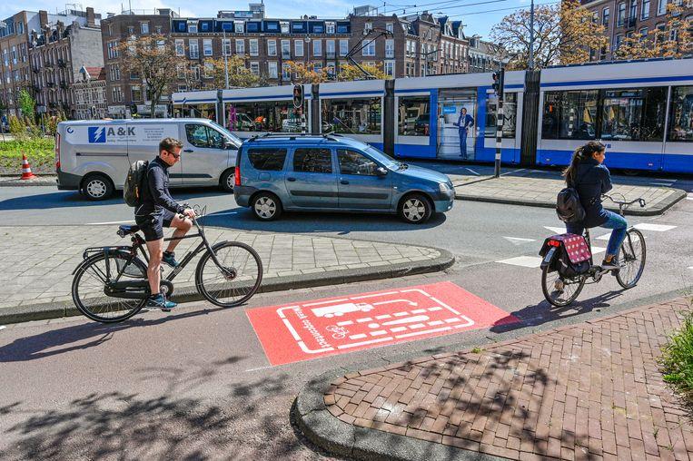 Onder meer op het Hugo de Grootplein worden fietsers gewaarschuwd. Beeld Edwin van Eis