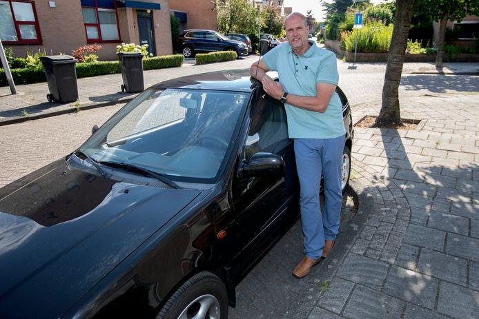 Eindhovenaar Hergen Fekken met de auto waar zijn zoon inreed.