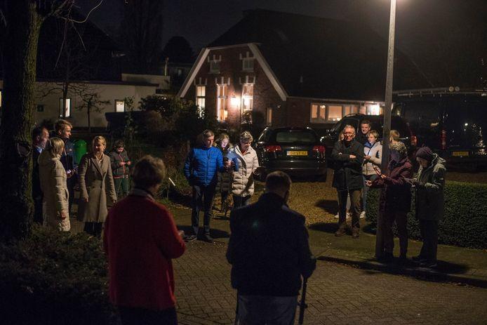 Na de online kerstuitzending wordt buiten op straat gezamenlijk Stille Nacht gezongen.