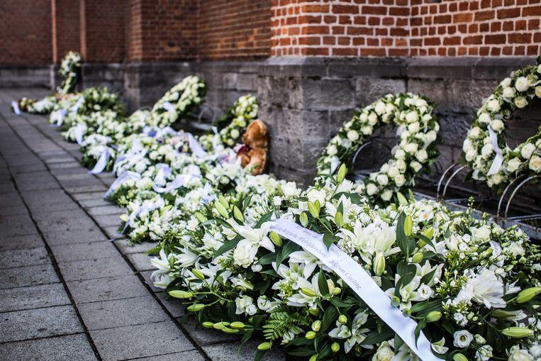 Bloemen aan de kerk van Knesselare.  Beeld Bas Bogaerts