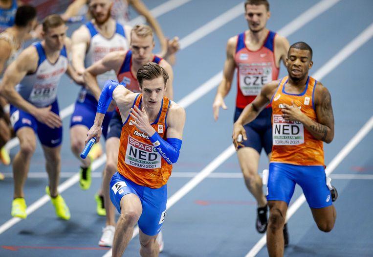 Tony van Diepen en Ramsey Angela in actie op het onderdeel 4x400 meter estafette. Beeld ANP