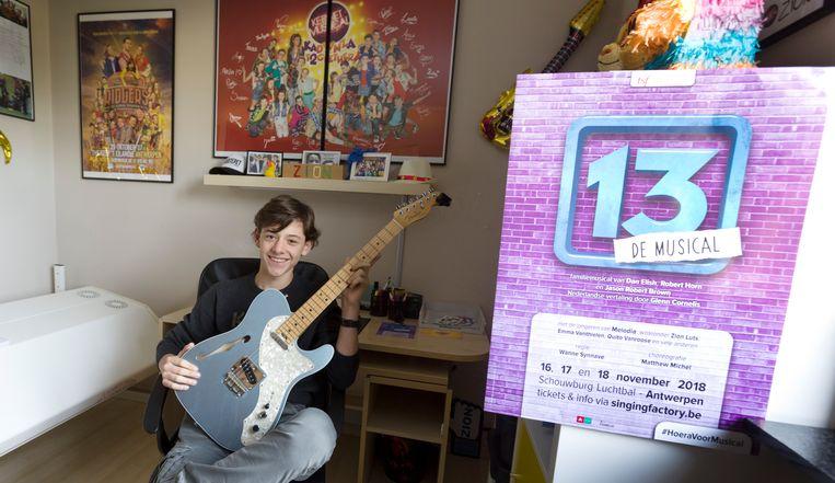 """Als enige Limburger mag Zion Luts de hoofdrol vertolken in de popmusical """"13. Op z'n kamer  thuis hangen onder andere posters van de muscial Kadanza, waarin hij ook meespeelde, tegen de muur."""