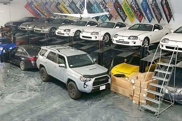 De collectie Japanse en Europese sportwagens.