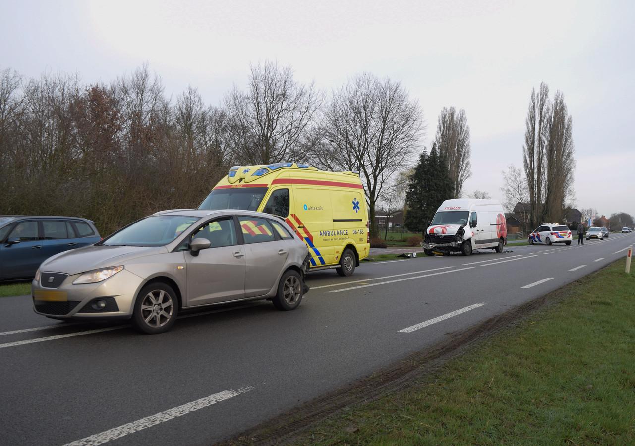 De situatie na de kop-staartbotsing op de Zutphen-Emmerikseweg in Toldijk.