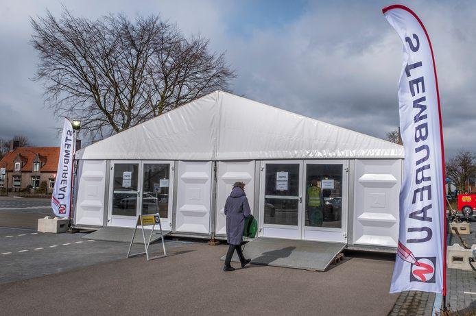 Op het Zwaanplein in Cuijk is een tent neergezet waar de mensen kunnen stemmen.