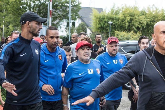 Diego Maradona met zijn voetbalclub bij de Brug in Mierlo