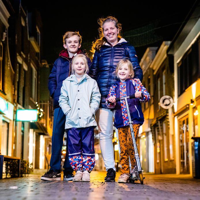 """Gemma Lang en haar kinderen Sebbe, Febe en Ninte in het centrum van Oud-Beijerland. ,,Straks lekker warme chocomel of een kopje thee en dan naar bed."""""""