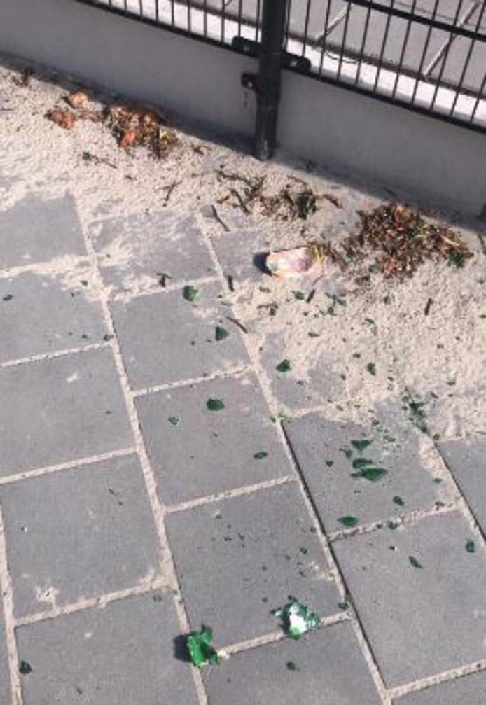 Hangjongeren laten geregeld rommel achter op het schoolplein van de IJsselster in IJsselmuiden. Dit keer zat daar ook glas bij.