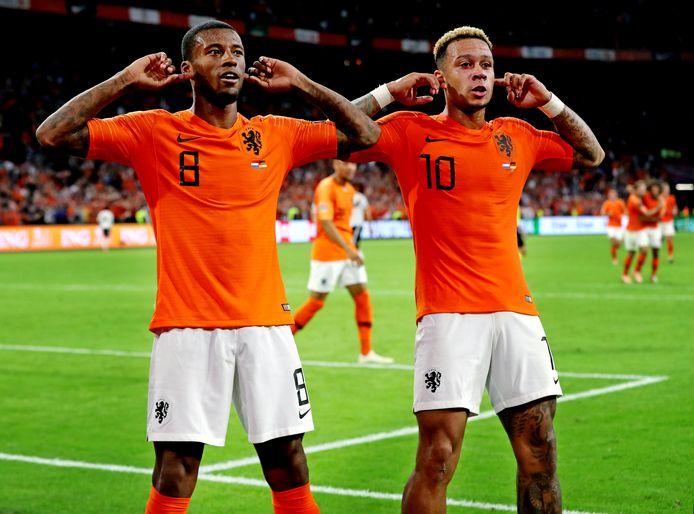 Memphis Depay en Georginio Wijnaldum juichen na de 3-0 tegen Duitsland.