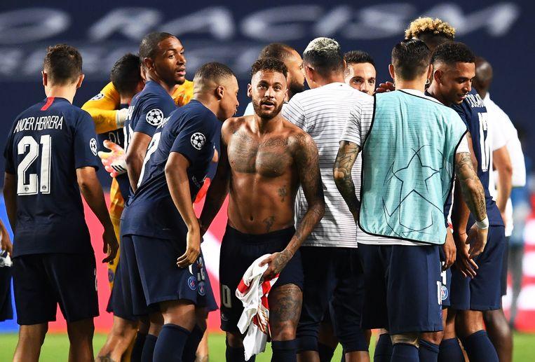 De spelers van PSG, met Mbappé en Neymar centraal, vieren hun kwalificatie voor de finale. Beeld EPA