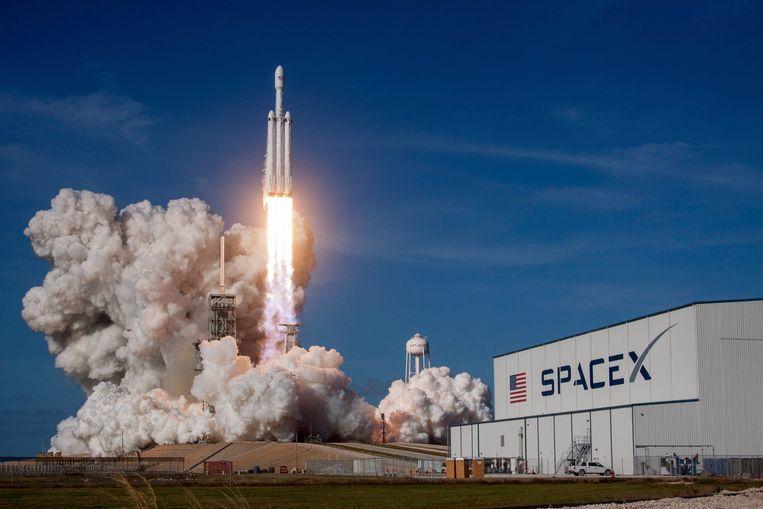 De Falcon Heavy-raket van SpaceX, met een Tesla aan boord Beeld Photo News